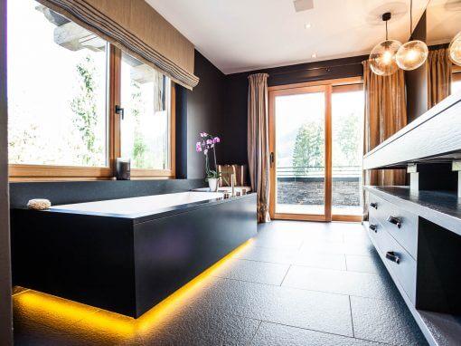 Dunkles Bad mit unterleuchteter Badewanne